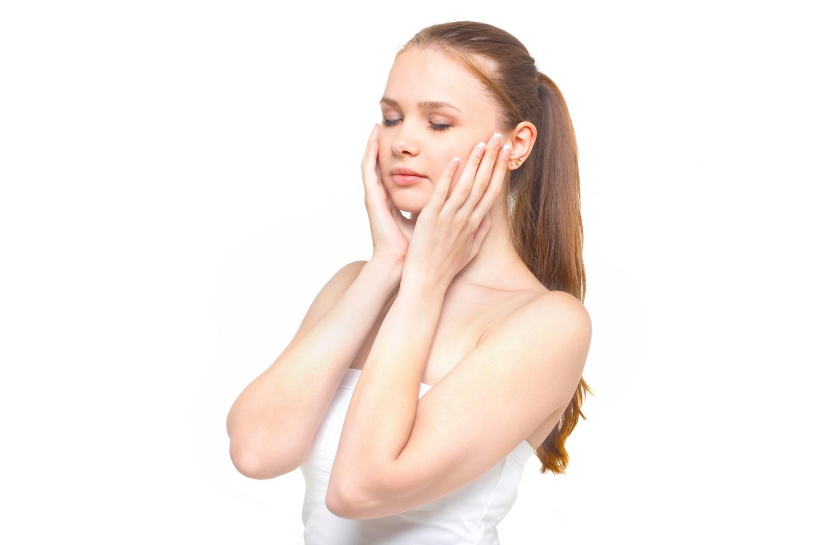 肌荒れの原因は?頬のトラブルから身を守るスキンケアは?